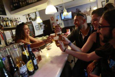 Bar cuelga cartel para que hombres dejen de acosar a las camareras