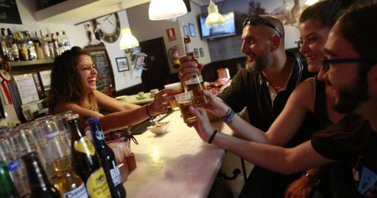 """""""Bar cuelga cartel para que hombres dejen de acosar a las camareras"""""""