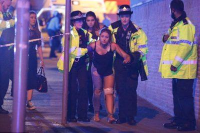 VIDEOS | Confirman 19 víctimas fatales tras explosiones en recital de Ariana Grande en Manchester