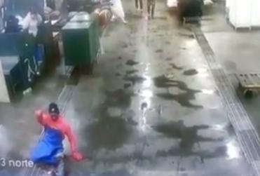 VIDEO | Repudiable ataque xenófobo contra trabajador haitiano en terminal pesquero