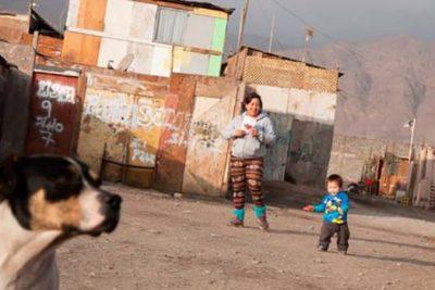 Estudio: solo un 17% de los chilenos cree que la pobreza es una profunda vulneración a los DD.HH.
