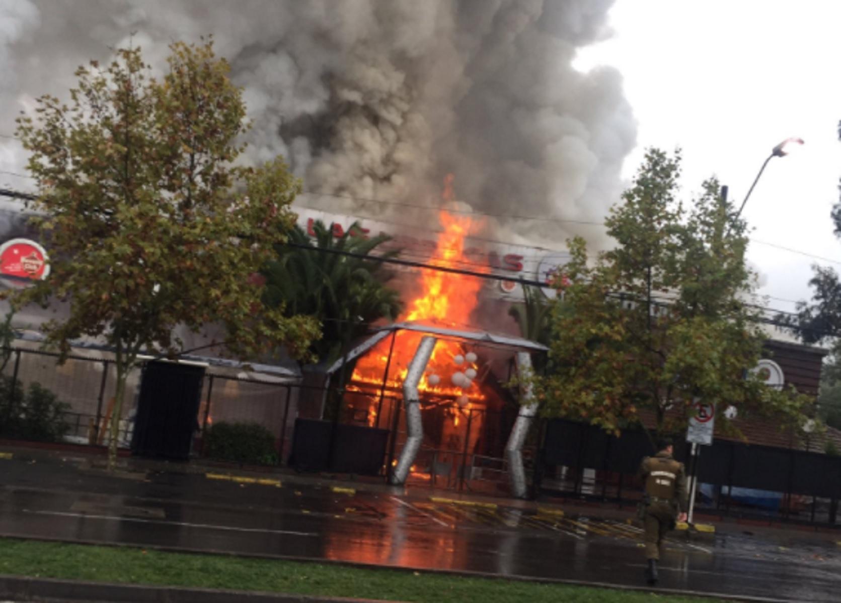 FOTO + VIDEO | Farándula de luto: incendio consume parte importante de la emblemática disco Las Urracas
