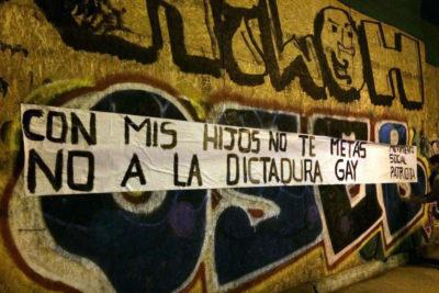 """Movilh apunta a José Antonio Kast como """"respaldo moral"""" de mensajes homofóbicos en muros"""