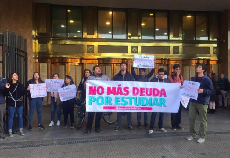 FOTOS | Estudiantes se encadenan a casa matriz de BancoEstado: piden fin al CAE