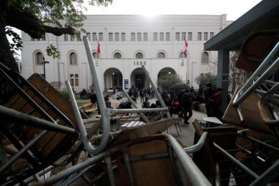 Estudiantes se tomaron el Internado Nacional Barros Arana