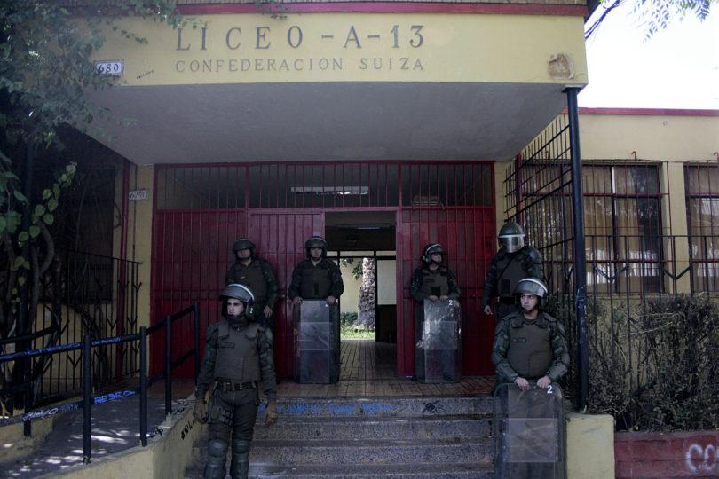 Carabineros desaloja el Liceo Confederación Suiza esta madrugada: 16 detenidos