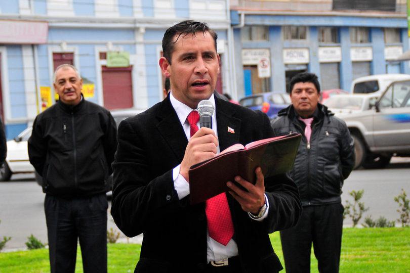 """Evangélicos le """"hacen la cruz"""" a Pastor Soto: """"Ampara detrás de una biblia la agresión y discriminación"""""""