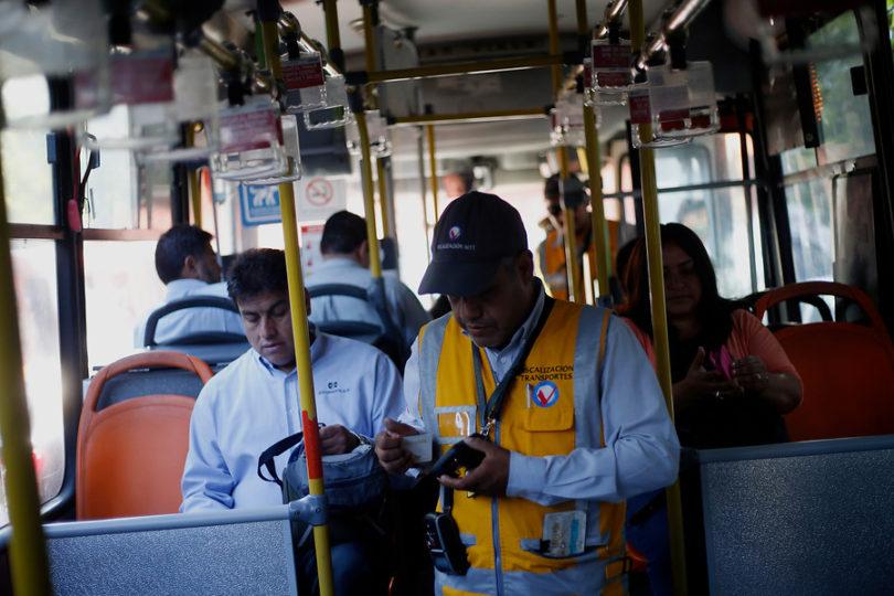 Por qué los torniquetes en buses del Transantiago no van a disminuir la evasión