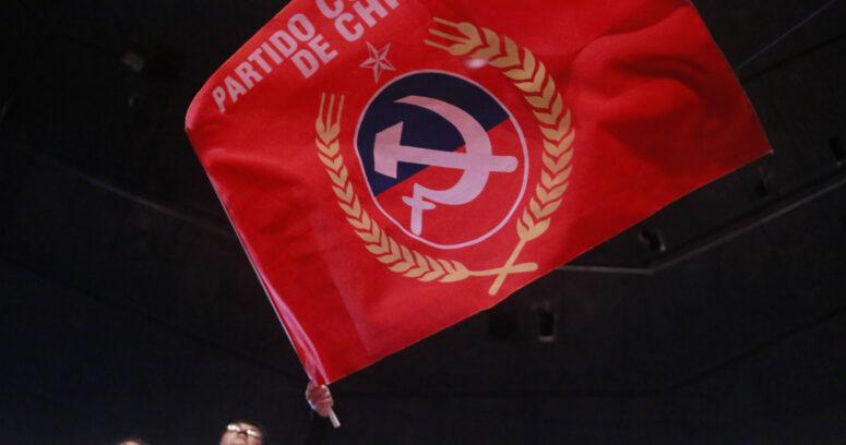 """""""Partido Comunista manda mensaje a Piñera por el Día del Completo (con la peor foto de todas)"""""""
