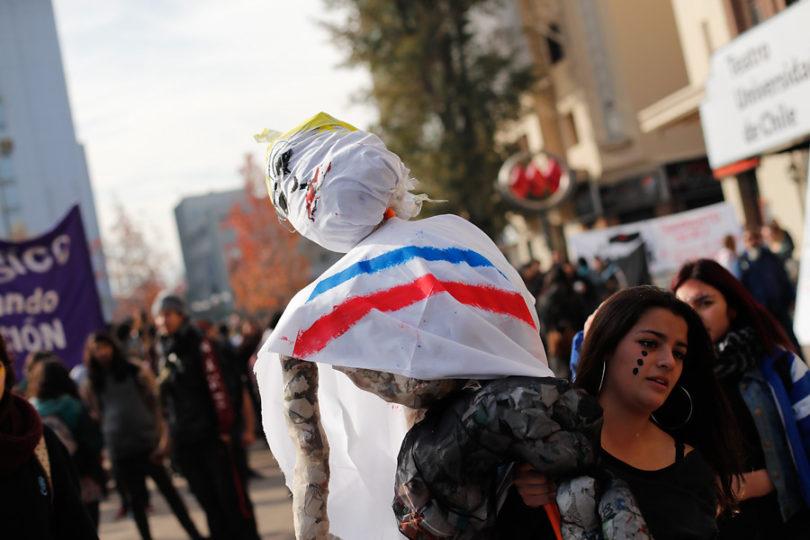 FOTOS | Estudiantes queman muñeco de Bachelet en plena Cuenta Pública