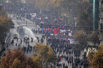 """""""Este partido se gana en la calle"""": Confech lidera tercera marcha nacional por la educación"""