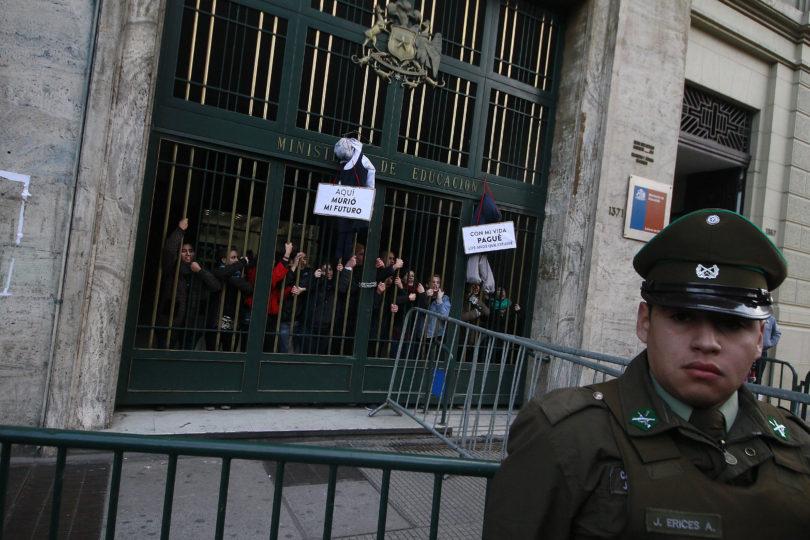 FOTOS |Estudiantes llegan hasta el Ministerio de Educación para protestar contra el Gobierno