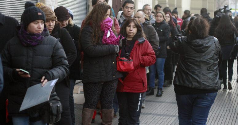 Insólito: padres y apoderados hicieron fila durante toda la noche para conseguir matrícula en colegio de Santiago