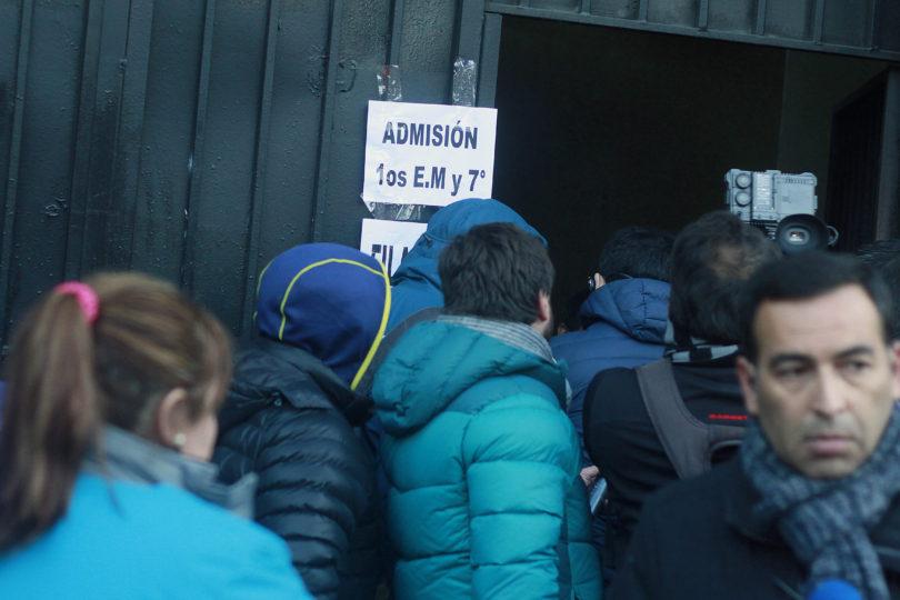 Suma y sigue: apoderados hicieron fila toda la noche para tener matrícula en colegio de Recoleta