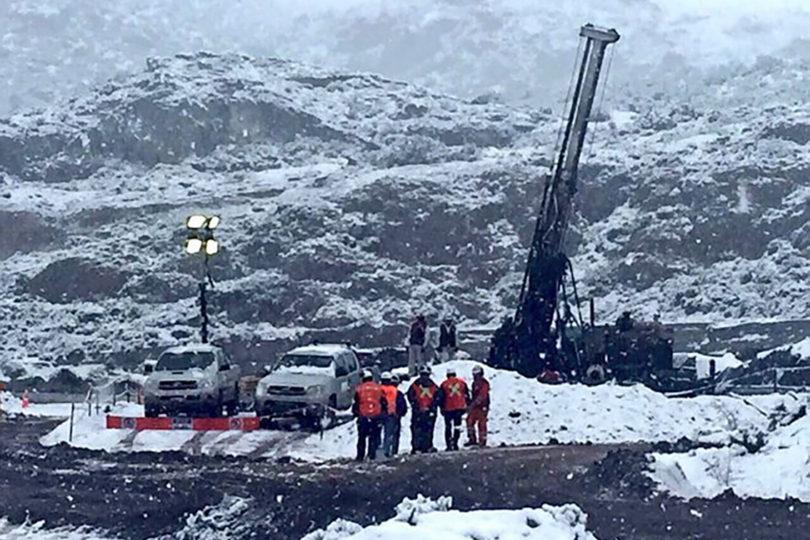 Se complica rescate de mineros en Chile Chico: sonda llegó a nivel 55 y encontró agua