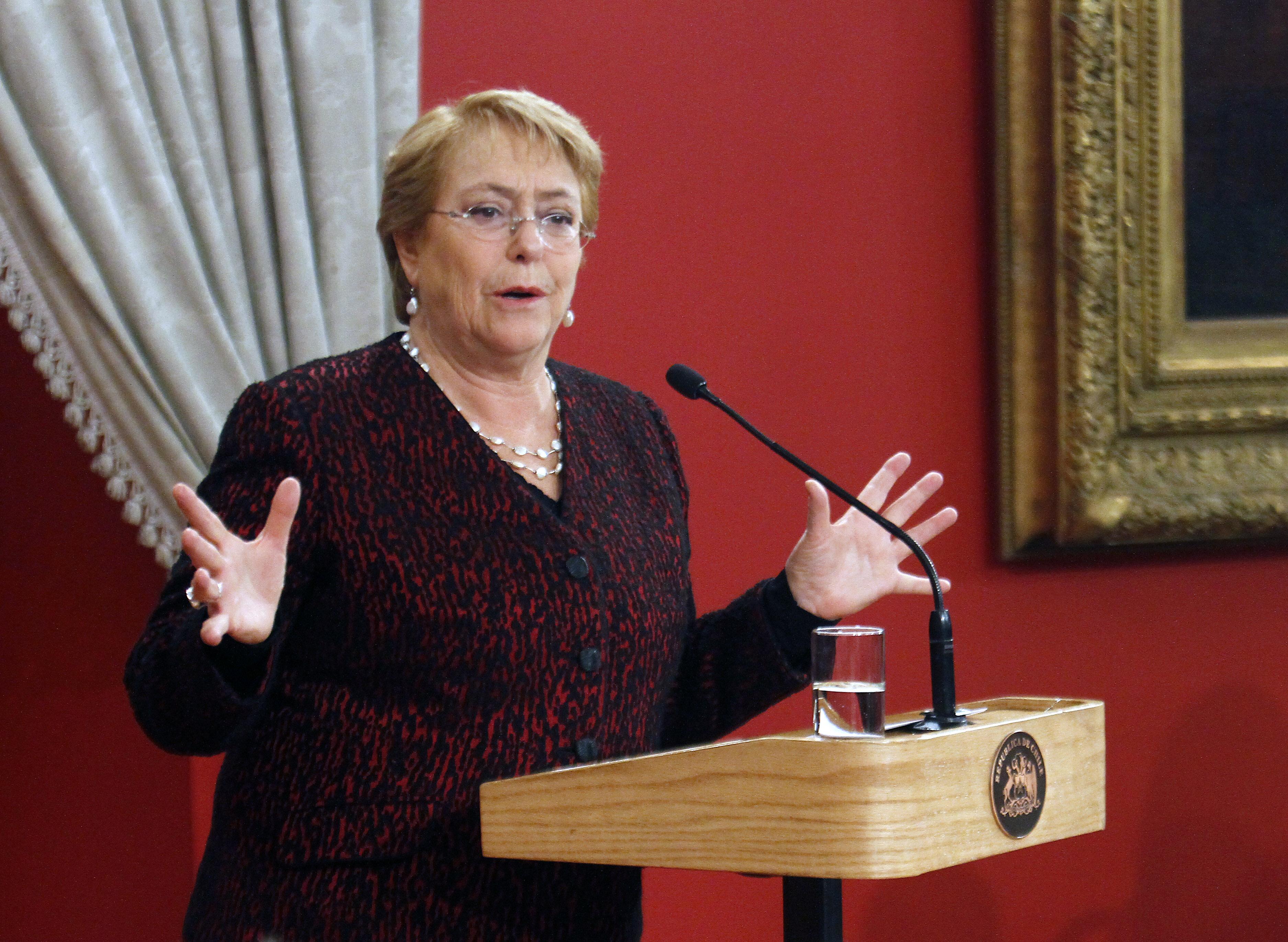 """""""Bachelet condena broma machista de Piñera:"""