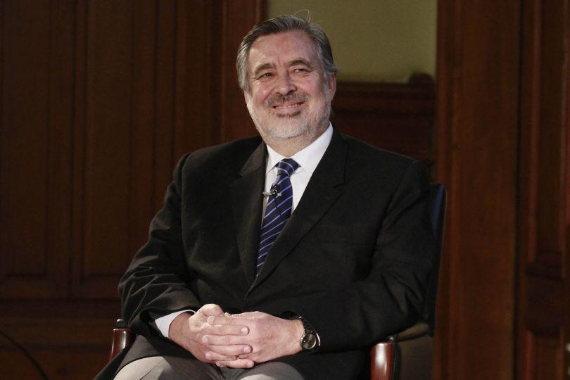Acusan de doble estándar a Guillier tras condenar broma machista de Piñera