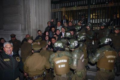 FOTOS |Funcionarios de Gendarmería intentaron encadenarse al Ministerio de Justicia