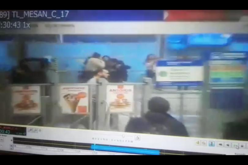 VIDEO  Metro publica la grabación con agresión a guardia por jóvenes en Tobalaba
