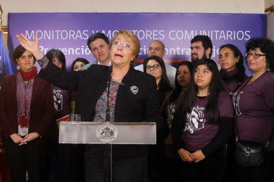 """Bachelet reitera críticas contra Piñera: """"Tenemos que prevenir la cultura machista que naturaliza chistes"""""""