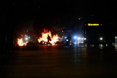 FOTOS | Grupo de manifestantes enciende barricadas e interrumpe el tránsito en Alameda