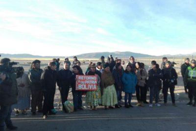 VIDEO   Bolivianos detenidos en Chile por contrabando llegan a su país como héroes nacionales
