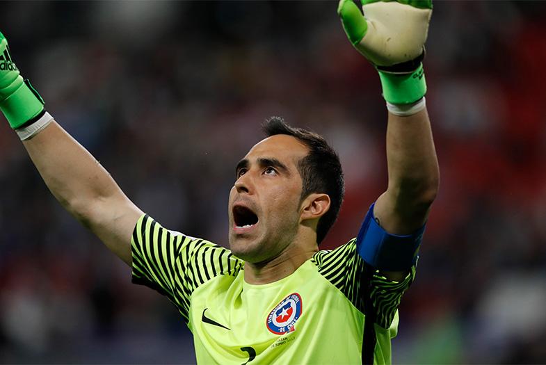 VIDEOS l Las tres tapadas de Claudio Bravo que llevan a Chile a la final