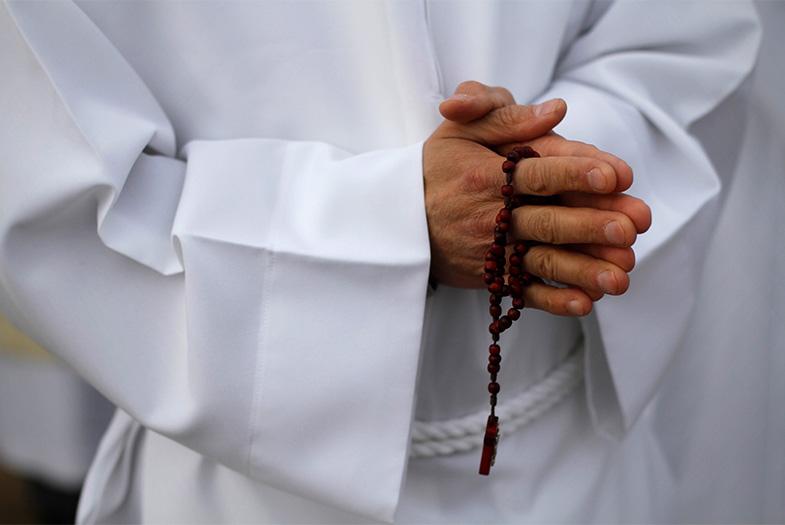Sacerdote jesuita se muestra a favor de incorporar hombres casados ante escasez de religiosos
