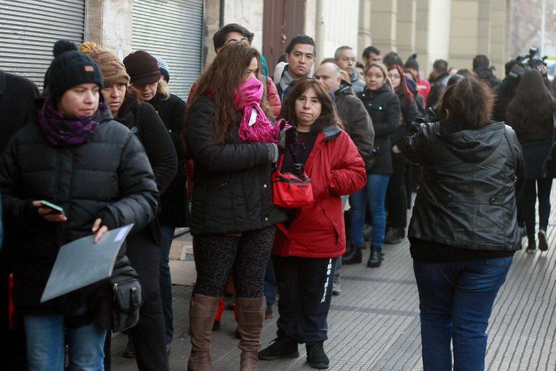 Siguen las filas y esperas de 12 horas: locura por matrículas se traslada a Providencia y Maipú