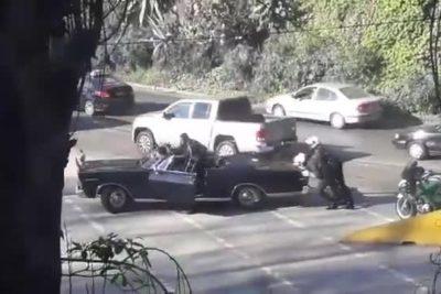 VIDEO |Carabineros empujando: Ford Galaxy presidencial se quedó en panne en pleno Valparaíso