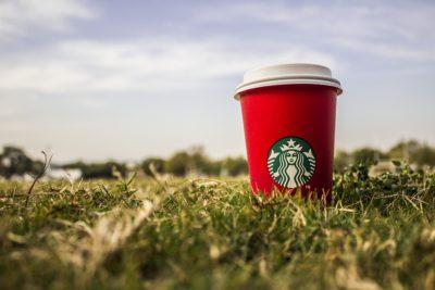 Detectan bacterias fecales en hielo de grandes cadenas de café