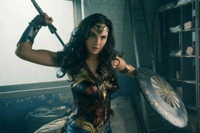 Regalan artículos de aseo a mujeres durante función de Wonder Woman