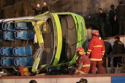 Dos chilenos fallecieron en el volcamiento de un bus turístico en Lima