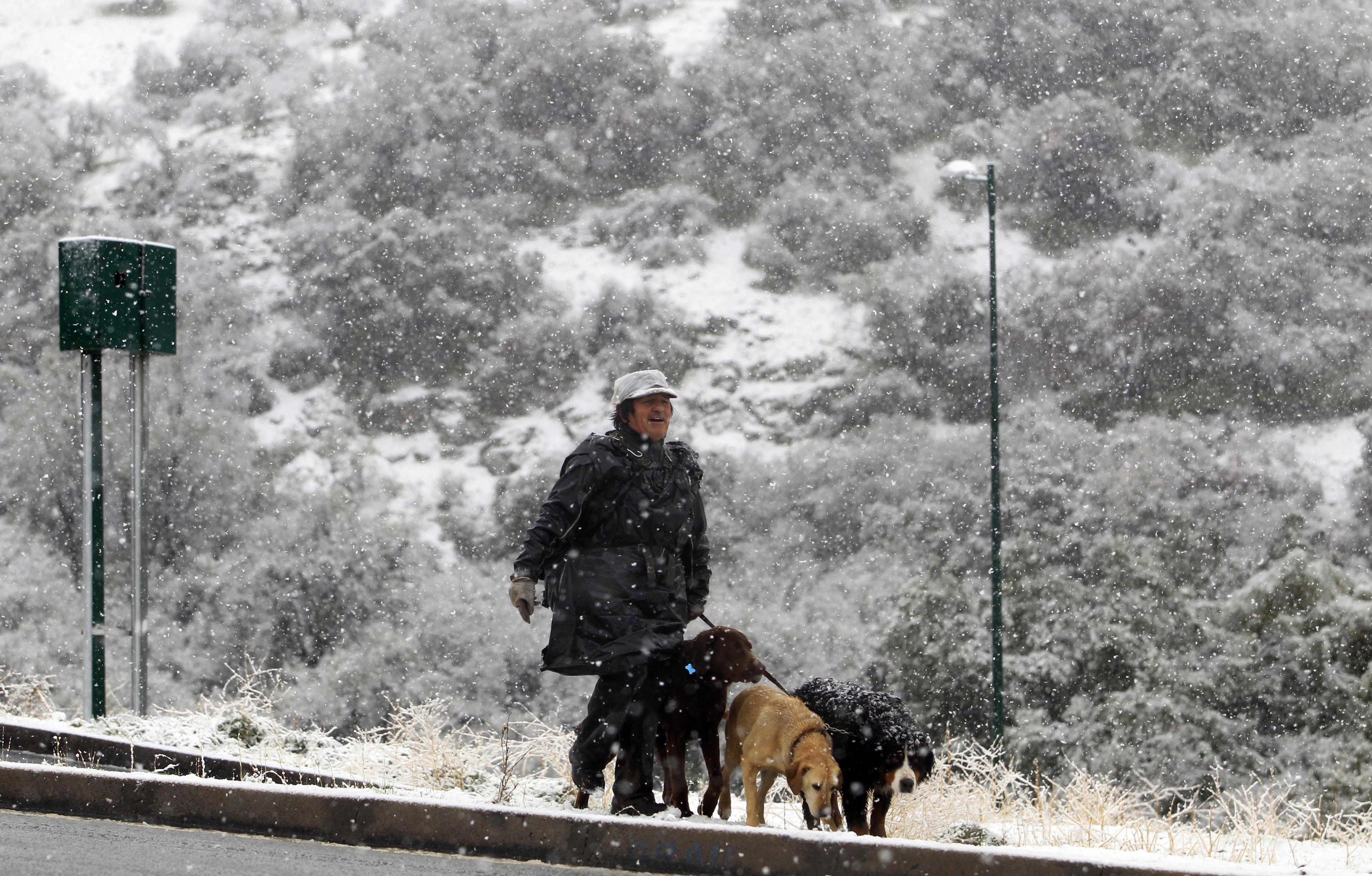 Meteorología anuncia hasta 15 cms de nieve en Santiago este sábado