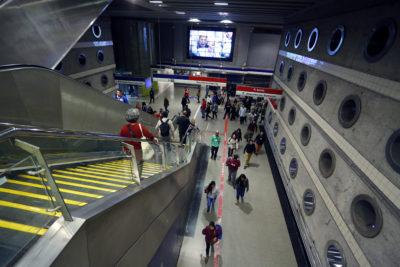FOTOS   Hombre desnudo sorprendió a pasajeros del Metro de Santiago