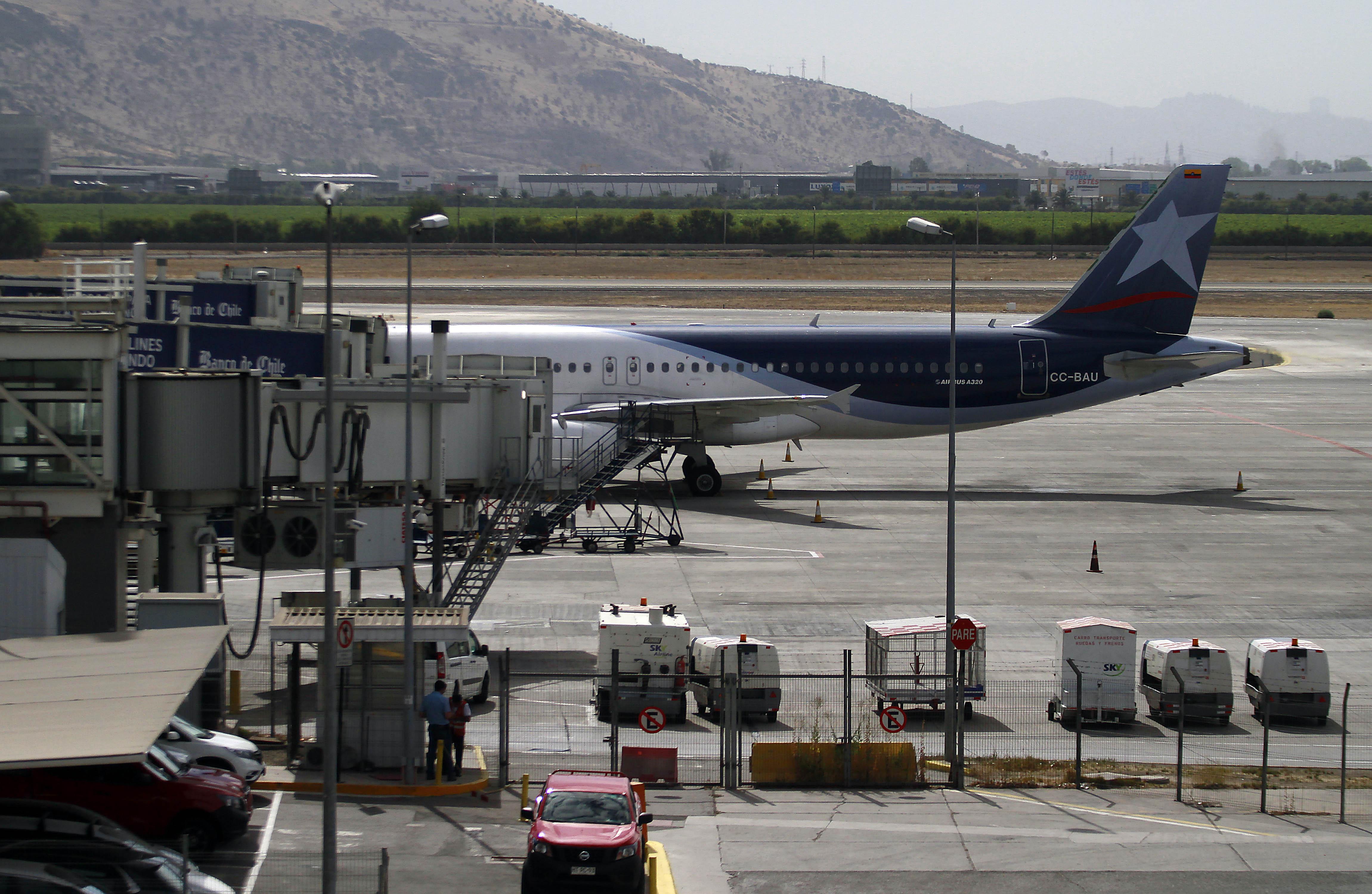"""""""Avión en Aeropuerto de Pudahuel debió ser evacuado tras falso aviso de bomba"""""""
