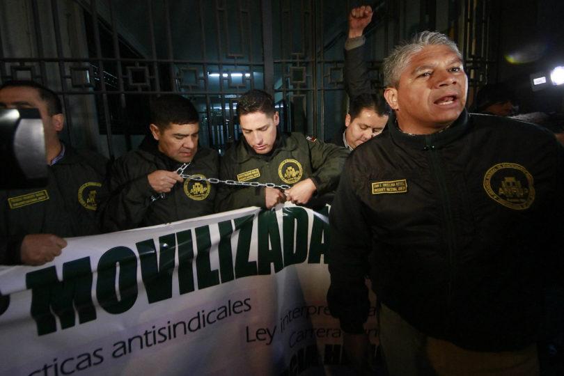 FOTOS | Gendarmes se encadenan en dirección nacional de la institución: exigen mejores condiciones laborales