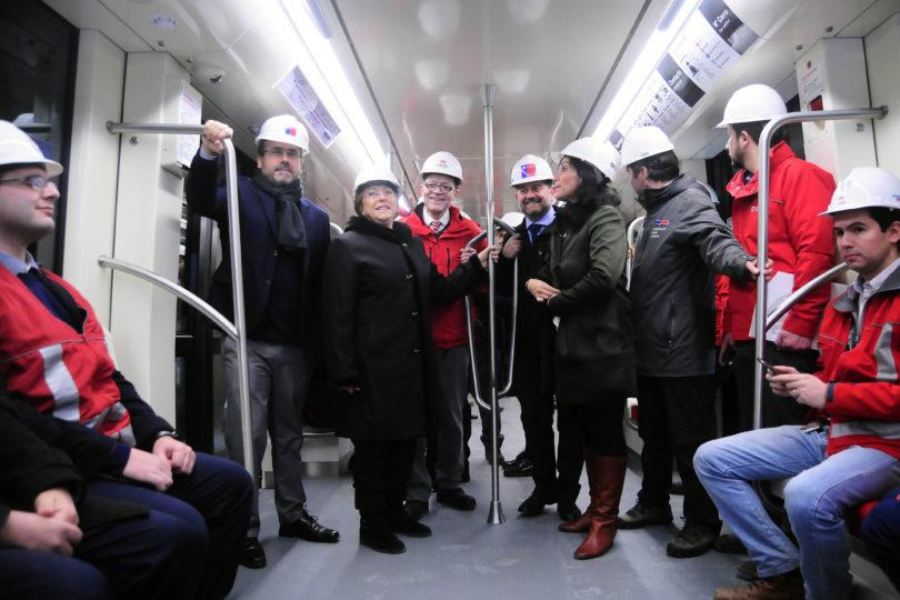 """""""Yo le cargo la bip!"""": así fue el diálogo entre Metro y la Presidenta Bachelet por la nueva Línea 6"""