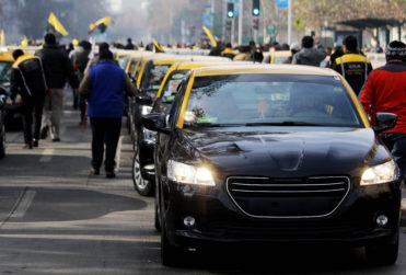 Jaque mate: la jugada de Uber y Cabify en medio del alza de combustibles que hizo estallar a los taxistas