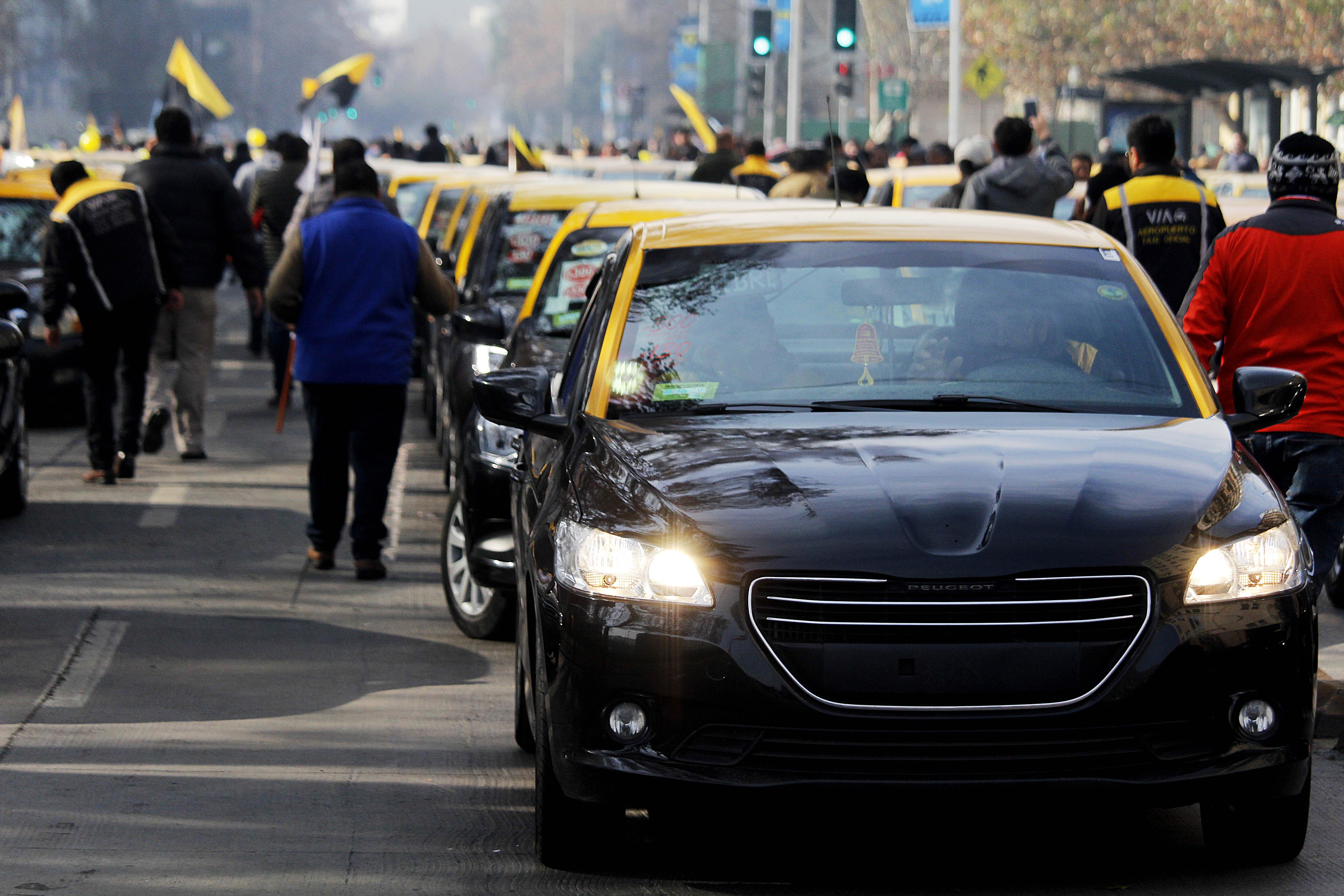Aplicación de transporte anuncia posible alianza con taxistas