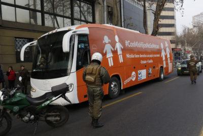 """Las banderas de lucha de CitizenGo, la fundación que trajo a Chile el """"Bus de la libertad"""""""