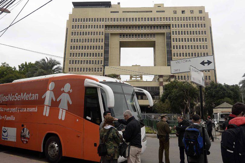 """La """"sorpresa"""" que Camila Vallejo y Karol Cariola tenían para el """"Bus de la Libertad"""" en el Congreso"""