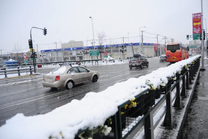 Onemi: 316.200 clientes se encuentran sin electricidad tras nevazón en la Región Metropolitana