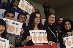 """""""Me sentí niña símbolo"""": el particular papelito que recibió Camila Vallejo durante la marcha por aborto"""
