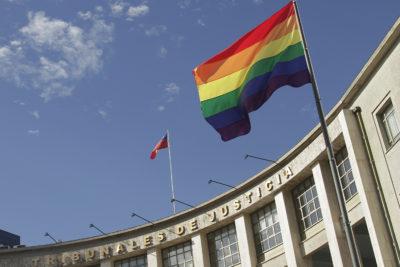 No alcanzó a estar 24 horas: hacen desaparecer bandera de la diversidad sexual en Concepción