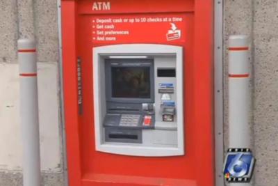 Insólito: encuentran a hombre atrapado dentro de un cajero automático