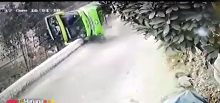 VIDEO   Cámara captó el momento exacto del volcamiento de bus en Perú que cobró la vida de dos chilenos