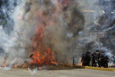 VIDEOS  Escala la violencia en Venezuela en medio de votación por Constituyente: explosión deja varios policías heridos
