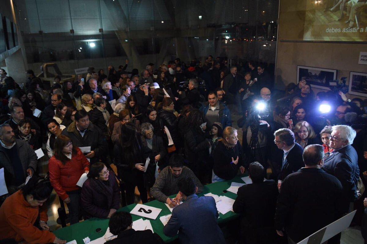 FOTO | Vecinos de Las Condes se agolpan en la municipalidad para sumarse a demanda contra Enel