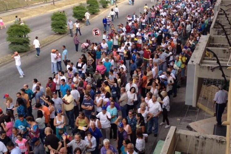 Millones de venezolanos votan en plebiscito convocado por la Asamblea Nacional